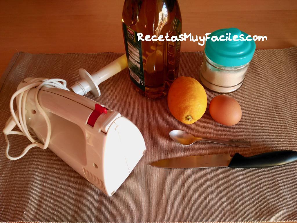 Foto ingredientes mayonesa casera,aceite,huevo,sal y limón o vinagre