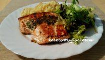 Foto salmon a las finas hierbas con arroz y fideos fritos.