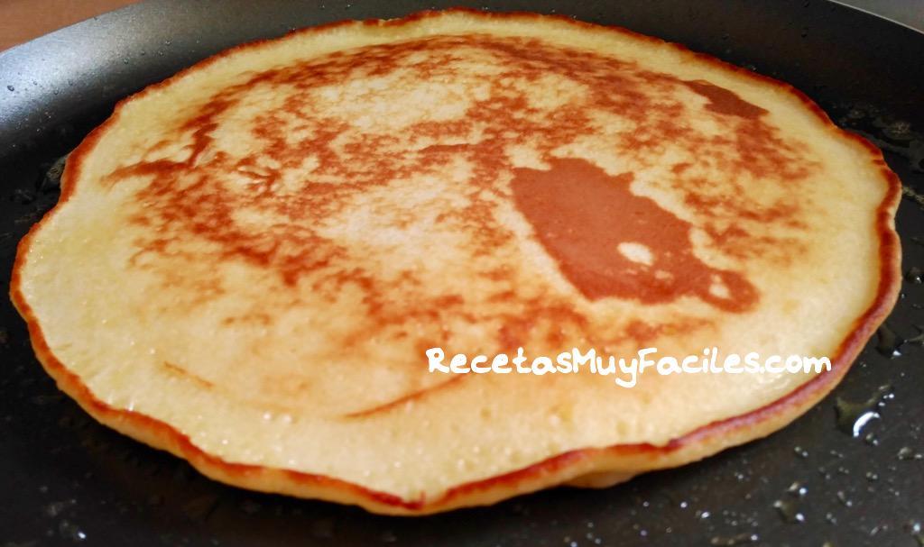 Foto Tortitas con miel y frutos del bosque, recién hecha