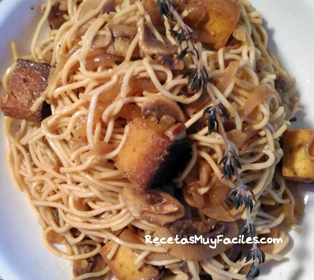 foto receta fideos asiaticos con champiñones y tofu ahumado