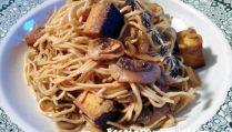 FotoFideos asiáticos con champiñones y tofu ahumado