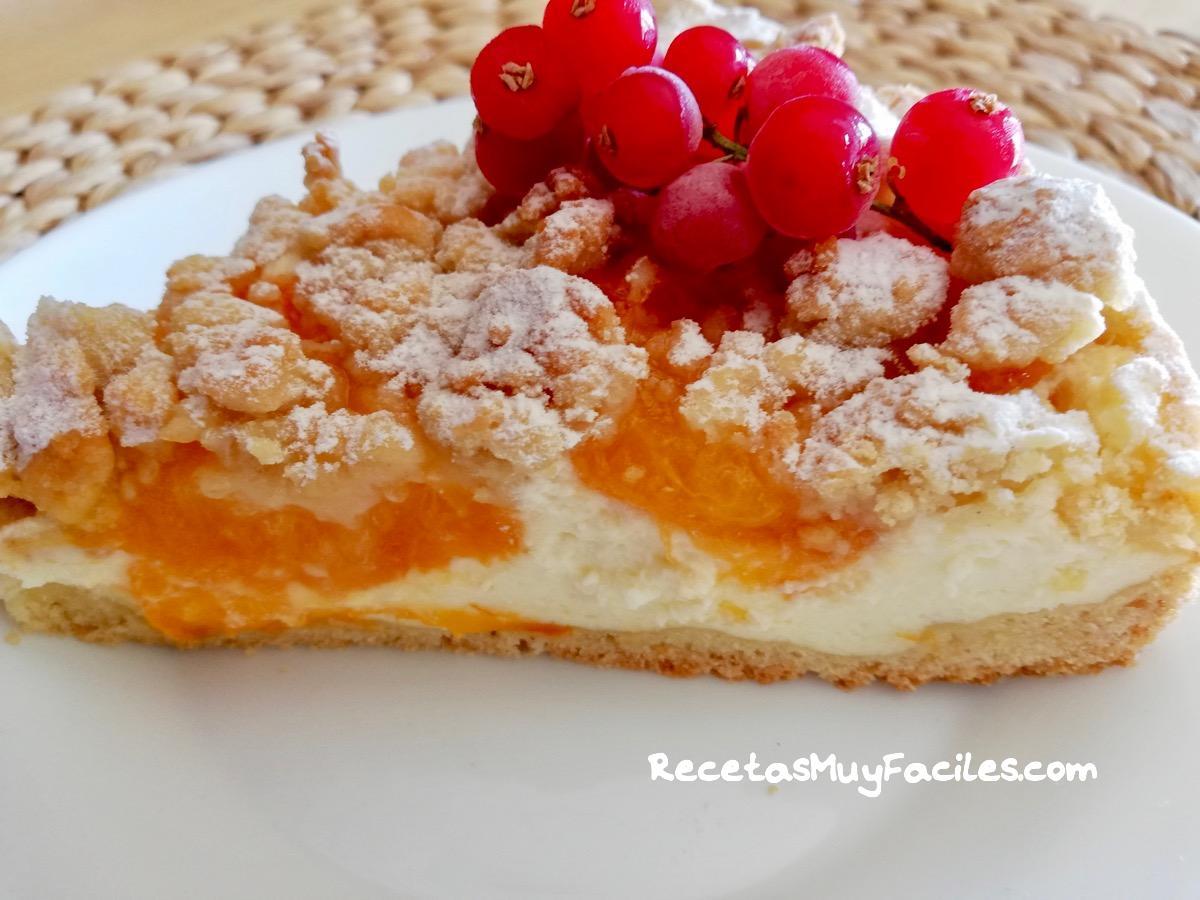 Tarta de albaricoques con crumble con grosellas para decorar