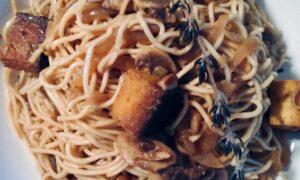 Foto Fideos asiáticos con champiñones y tofu ahumado