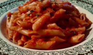 Foto macarrones con tomate